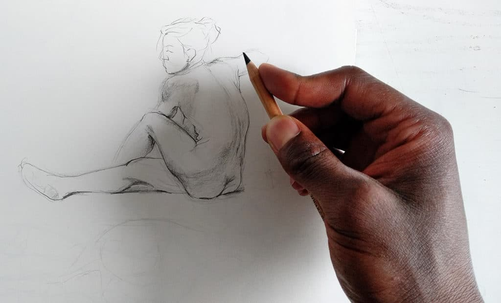 smael mayabo. artcademy atelier, comment bien dessiner, comment tenir le crayon, dessin croquis de modèle vivant,dessin de nu sur un carnet de croquis avec feuille blanche, corps humain, crayon beige faber castell extra soft. main homme Comment bien tenir le crayon en dessin? https://www.youtube.com/channel/UCcQrrG5Dh6UT_-nGBdlv8Vw?view_as=subscriber
