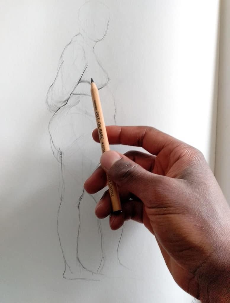smael mayabo. artcademy atelier, comment bien dessiner, comment tenir le crayon, dessin croquis de modèle vivant,dessin de nu sur un carnet de croquis avec feuille blanche, corps humain, crayon beige faber castell extra soft. main homme. Comment bien tenir le crayon en dessin  https://www.youtube.com/channel/UCcQrrG5Dh6UT_-nGBdlv8Vw?view_as=subscriber